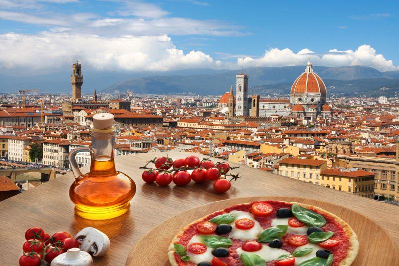 Uitzicht over Florence met een pizza